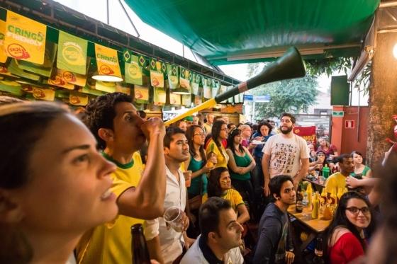 110736798-brasileiros-e-gringos-torcem-unidos-em-evento-promovido-pela-skol-em-sp