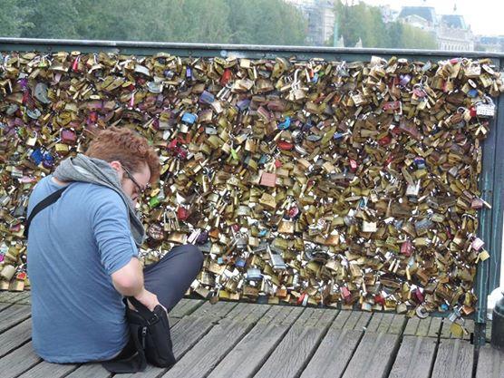 menino retirando cadeado da pont des art